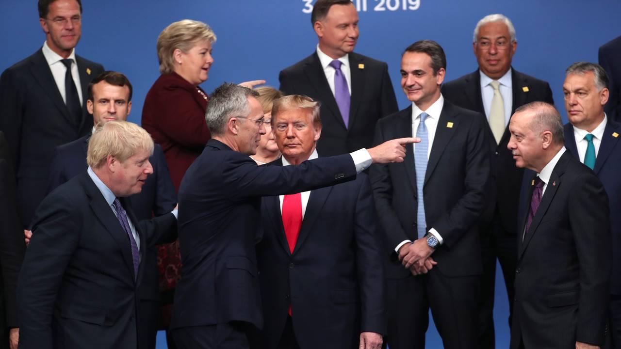 Natos generalsekretær Jens Stoltenberg peker til USAs president Donald Trump under Nato-toppmøtet 4. desember 2019.
