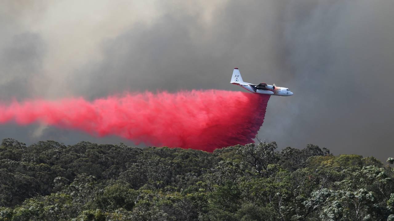 Et brannfly slipper ut brannhemmende midler ved Colo Heights, nordvest for Sydney, fredag.