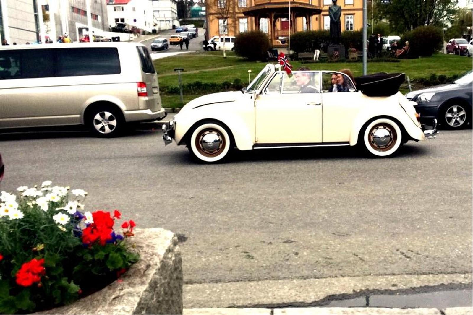 For mange er det viktig å pynte også bilen på 17. mai. Bildet er tatt i Tromsø.