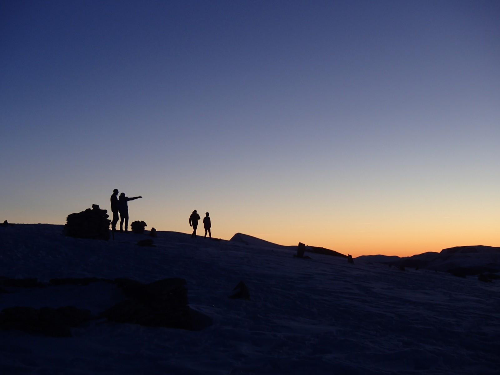 Morgonfuglar på Skåla 1848 moh klare for å nyte soloppgangen.