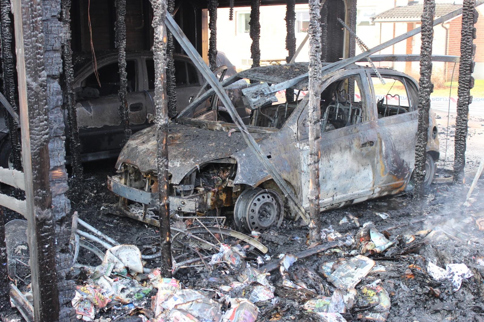 Dette er en av bilene som er totalskadd etter brannen.