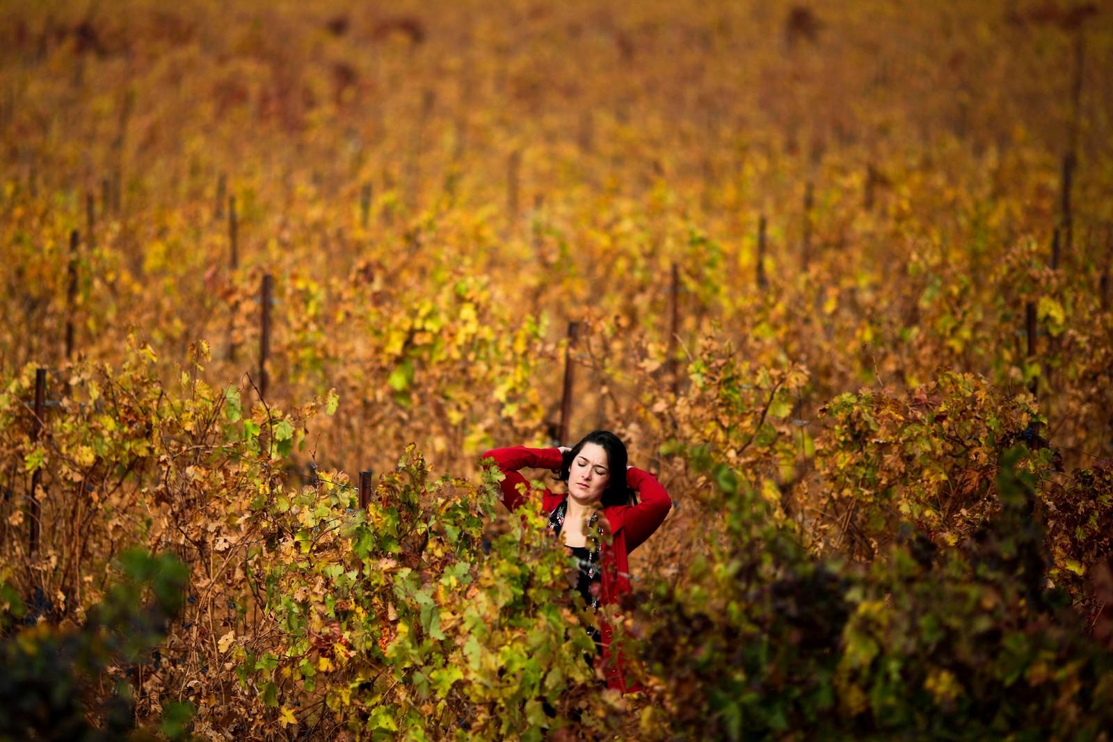 En kvinne går gjennom vingården Chateau Kefraya i Bekaadalen, øst i Libanon.