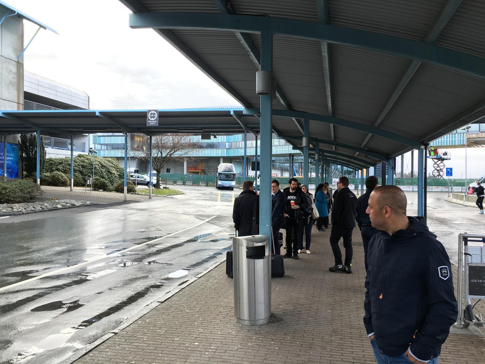 INGEN DROSJER: Passasjerene kommer ut til et tomt ankomstområde. Mange måtte ta flybussen for å komme seg fra Flyplassen. Avinor har satt inn ekstra flybusser i dag.