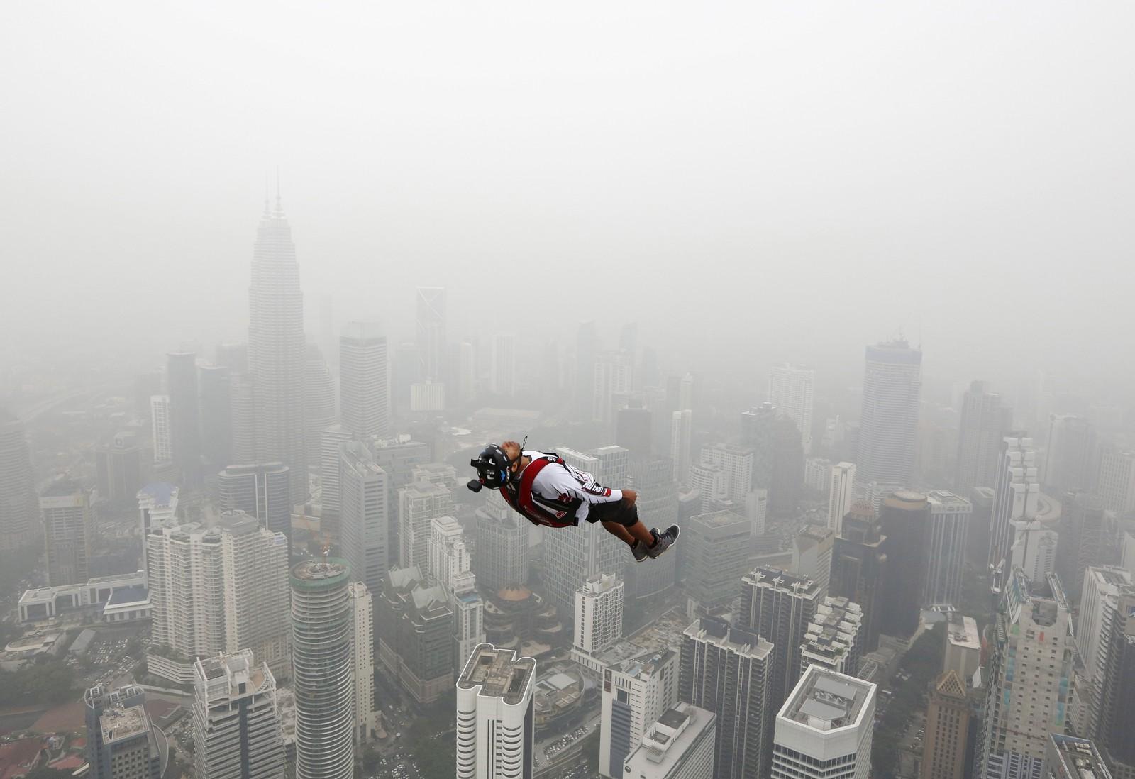 En basehopper ble denne uka fotografert i det vedkommende kasta seg ut fra det 300 meter høye Kuala Lumpur Tower. Over 100 deltagere var med på arrangementet.