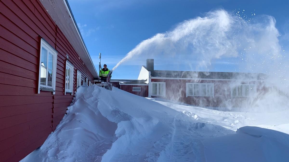 På Mårbu på Hardangervidda har dei denne veka jobba hardt for å gjere hytta klar til sesongstart. Hyttedrivar Svein Arne Tyssebotn melder om 50 centimeter snø og gode forhold.