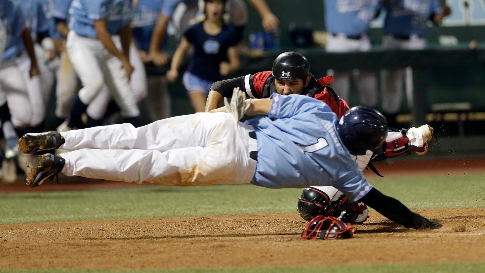 Jake Sidwell og Brandon Riley (i blått) fra baseballagene Davidson og North Carolina ga alt for å komme først. Riley gikk tapende ut av den duellen.