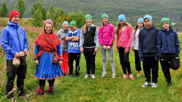 Samisk reality konkurranse tv-serie (4:5). To lag konkurrerer med hverandre i forskjellige oppgaver basert på tradisjonelle samiske gjøremål. Idag er den store finale dagen, hvem husker mest fra de ulike oppgavene. Hvem vinner, blått eller grønt lag?