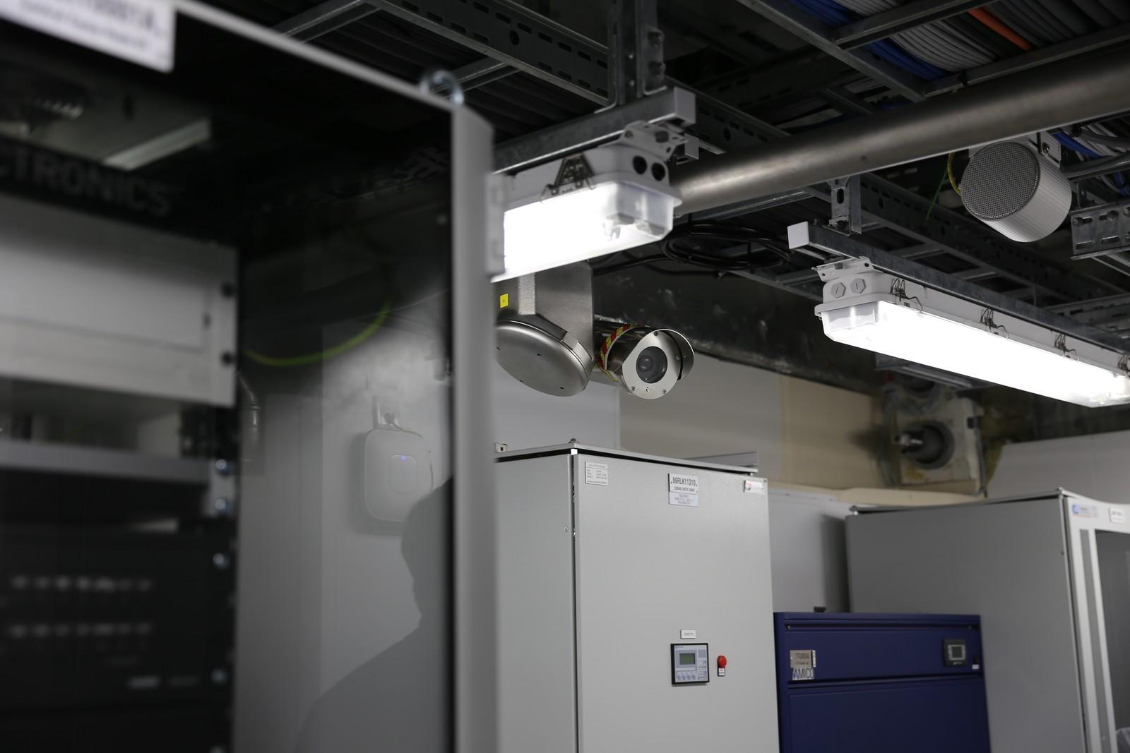 All produksjon og aktivitet blir tett overvaka av mellom anna 140 overvakingskamera, her frå serverrommet til Valemon.