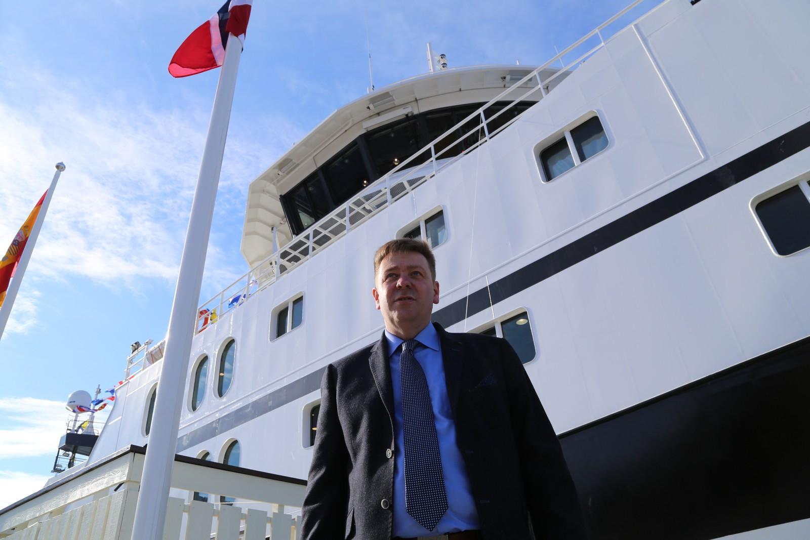 Knut Roald Holmøy, daglig leder i Prestfjord Havfiske, står foran supertråleren.