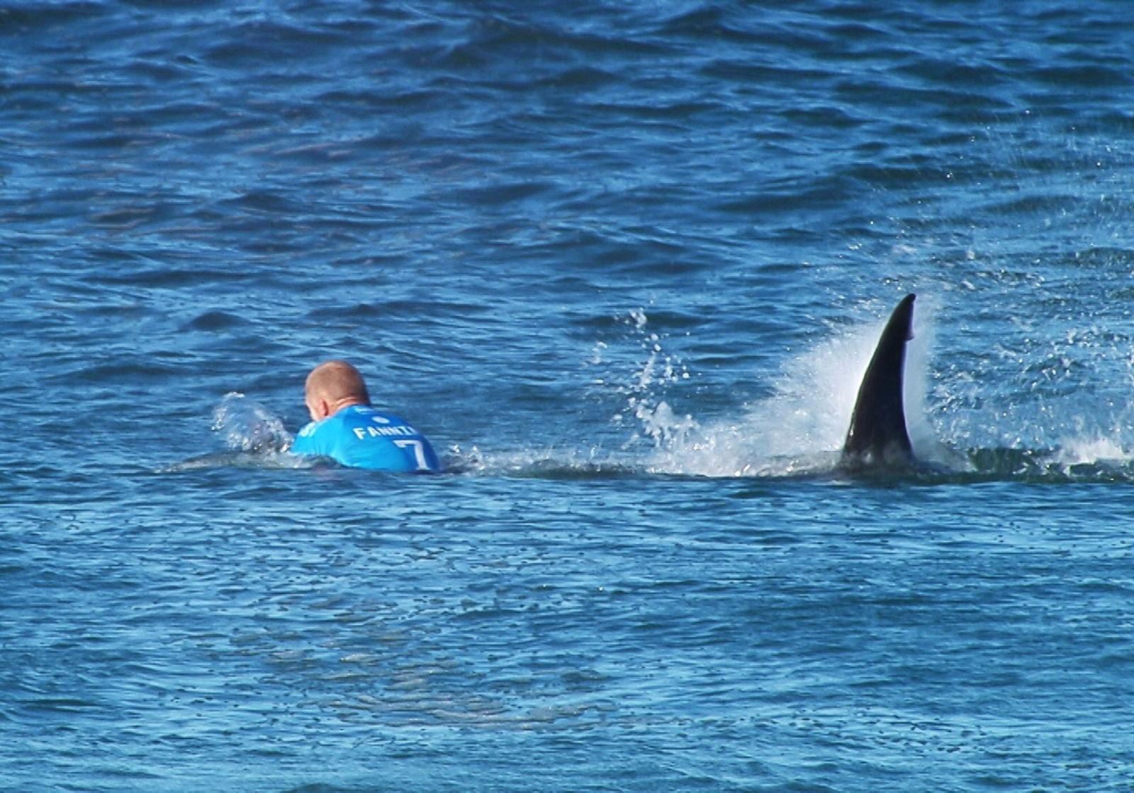 Dette bildet har gått verden rundt denne uken. Den australske surferen Mick Flanning ble plutselig angrepet av hai under en konkurranse i Jeffrey's Bay, Sør-Afrika.  – Jeg sparket for å få den vekk, og bare ventet på å kjenne tennene, sa Fanning til Sky News Australia like etter den dramatiske hendelsen.  Den utrolige kampen mellom menneske og hai ble sendt direkte på TV. Surferen kom seg vekk fra de to haiene og opp på en ventende vannskuter med alle kroppsdeler intakt.