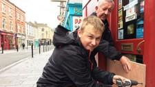Daniel O 'Connor (foran) og Brendan Roche (bak) stenger butikken deres i Wexford i Irland mens de venter på orkanen.