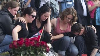Mennesker sørger og trøster hverandre etter terroraksjonene