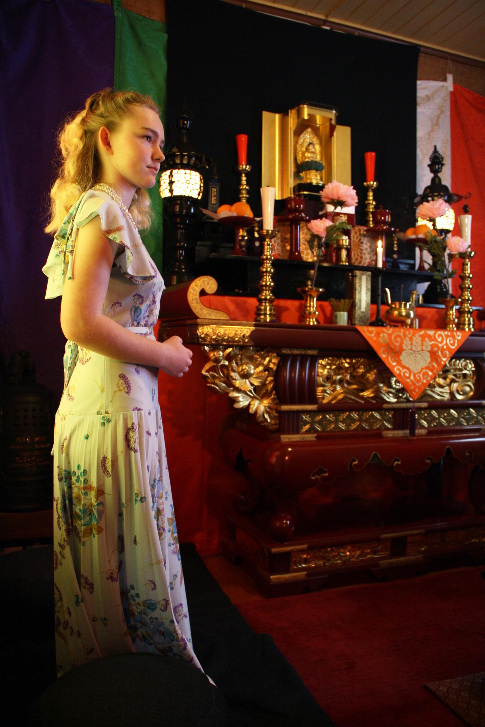 Thea Maria Karlsen foran alteret hvor hun skal konfirmere seg 30.april 2016.