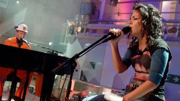 Katie Melua opptrådte i bunnen av plattformskaftet på Troll A.