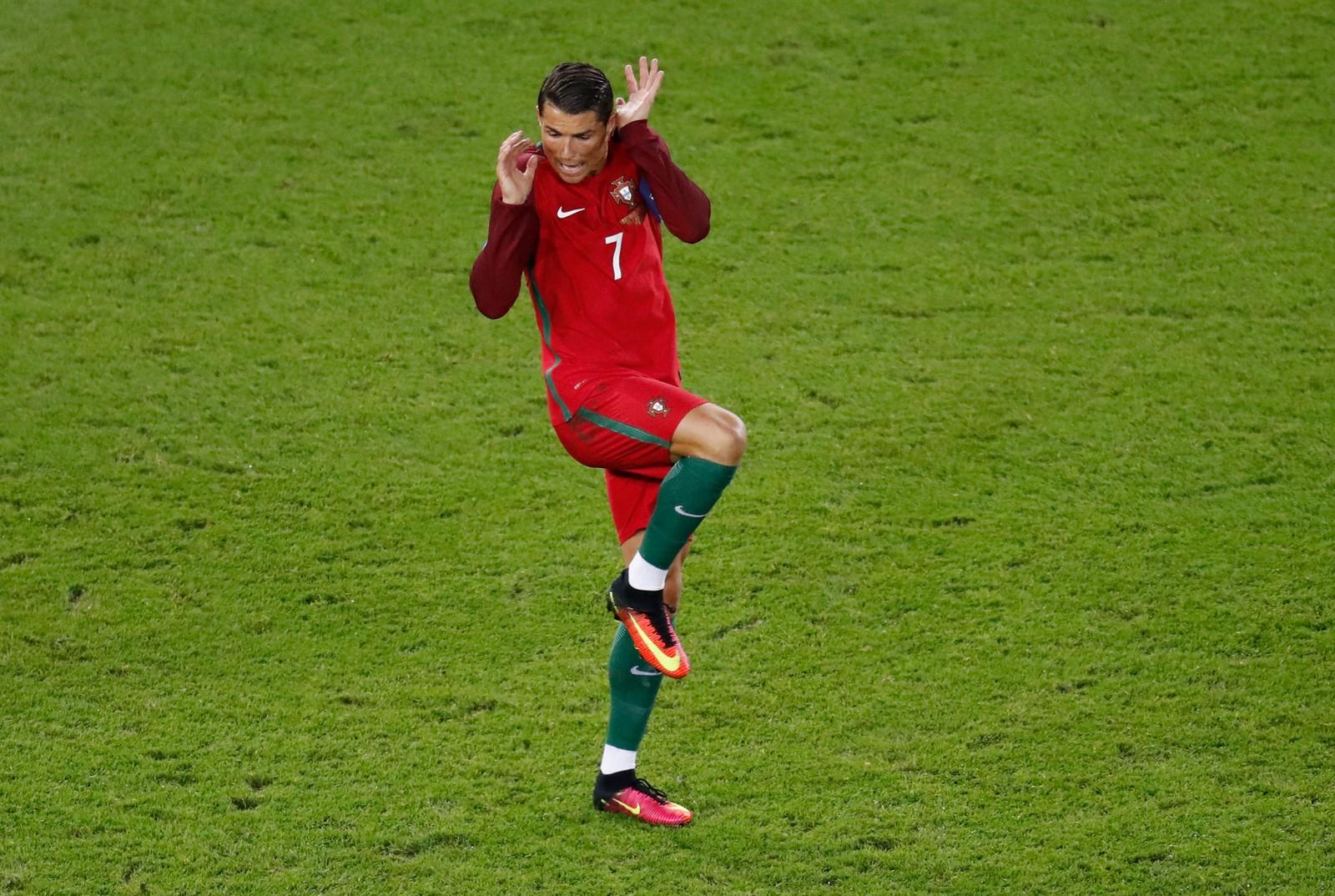 Portugals store stjernespiller Cristiano Ronaldo så et øyeblikk ut som han var redd for ballen under EM-kampen i gruppe F mellom Portugal og Østerrike på Parc des Princes i Paris. Kampen endte 0-0.