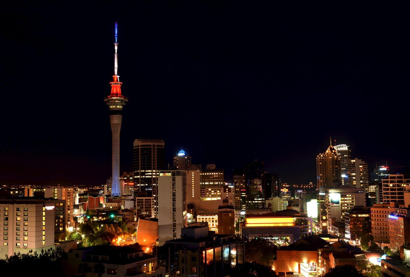 I Auckland, New Zealand lyste tårnet «Sky Tower» opp byen i Frankrikes farger.