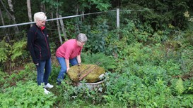 Anita Klemensdottir i Mattilsynet følger med når Karen Dale Juvet kontrollerer brønnen som kan få dårlig vann etter den tørre sommeren.