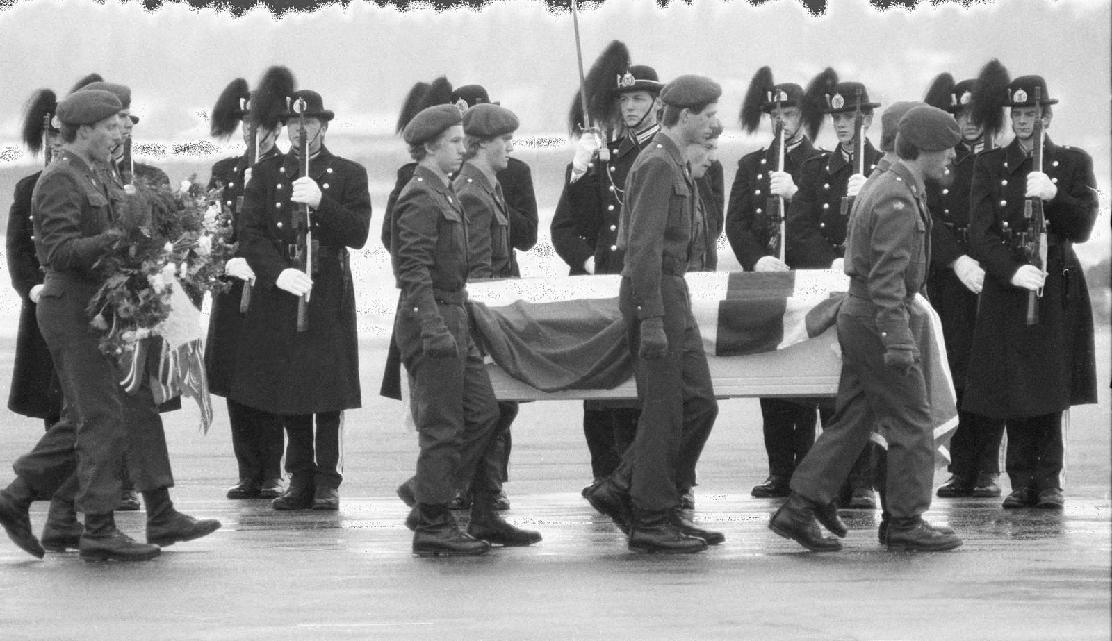 Her blir ni av de omkomne etter rasulykken i Vassdalen fraktet til Fornebu av Forsvaret etter minnehøytidligheten på Bardufoss.