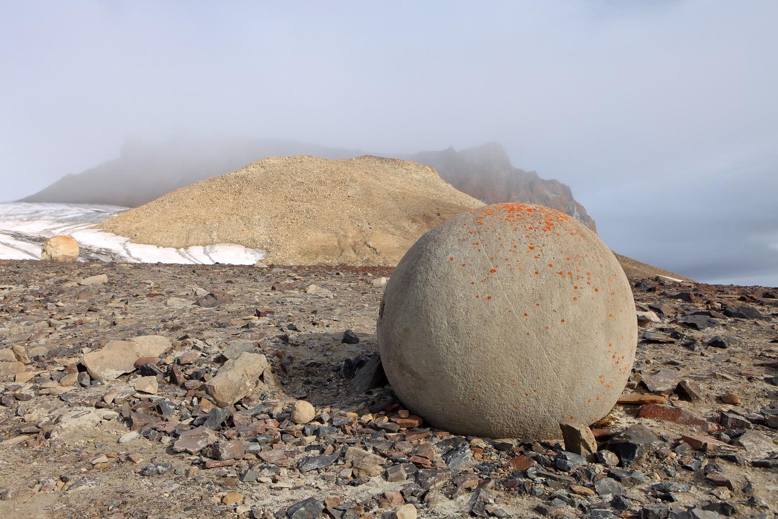 MYSTISK: Hvordan ble de runde steinene ved Champ Island til? Forskerne har mange teorier, men det finnes ennå ikke et fasitsvar.