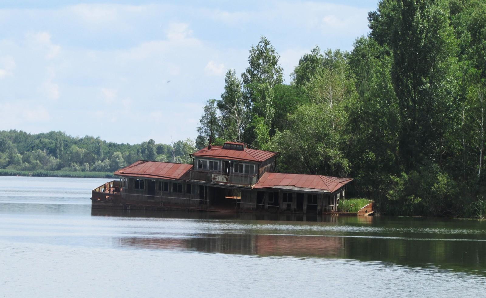 I sjøen ved siden av Kafé Pripyat ligger restene etter en gammel restaurantlekter.