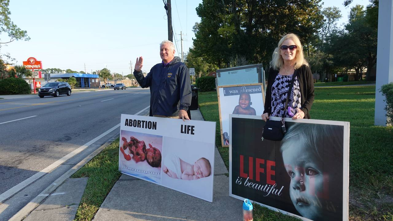 VINKER: Ekteparet Rob og Ruthie Barneby bruker mye av tiden sin utenfor en abortklinikk i Jacksonville i Florida. Vi vil ikke påføre noen skam, sier Rob Barneby, som kaller seg gjenfødt kristen.