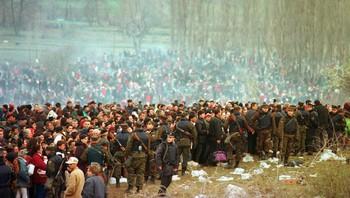 Kosovoalbanere på flukt fra serbiske styrker, april 1999.