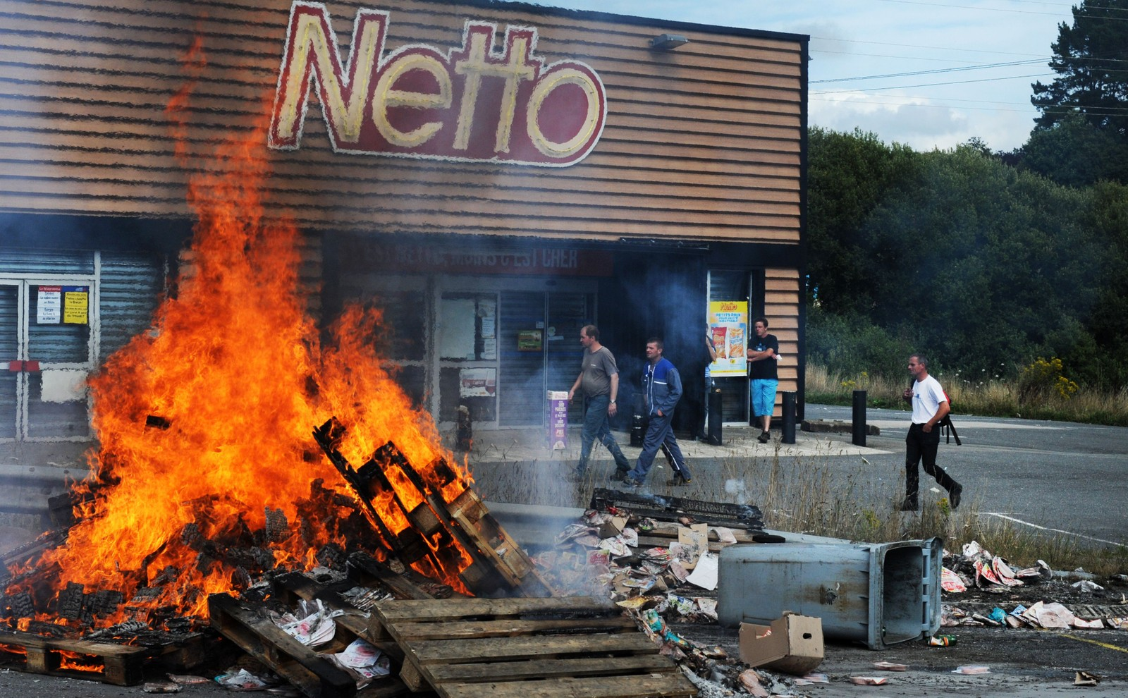 En haug med paller og søppel ble satt i brann utenfor supermarkedet Netto i Quimper vest i Frankrike tidligere denne uka.