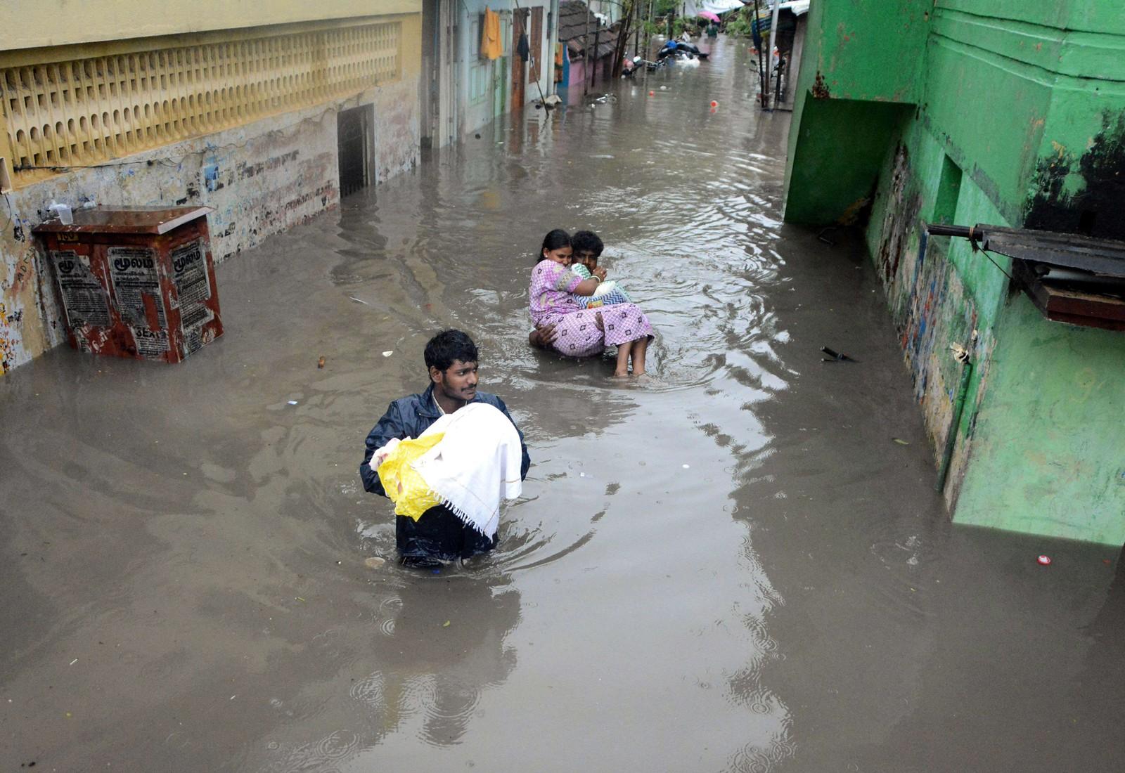 Dei må kome seg i tryggleik, bebuarane i byen Chennai der det er kome rekordstore nedbørsmengder dei siste dagane.