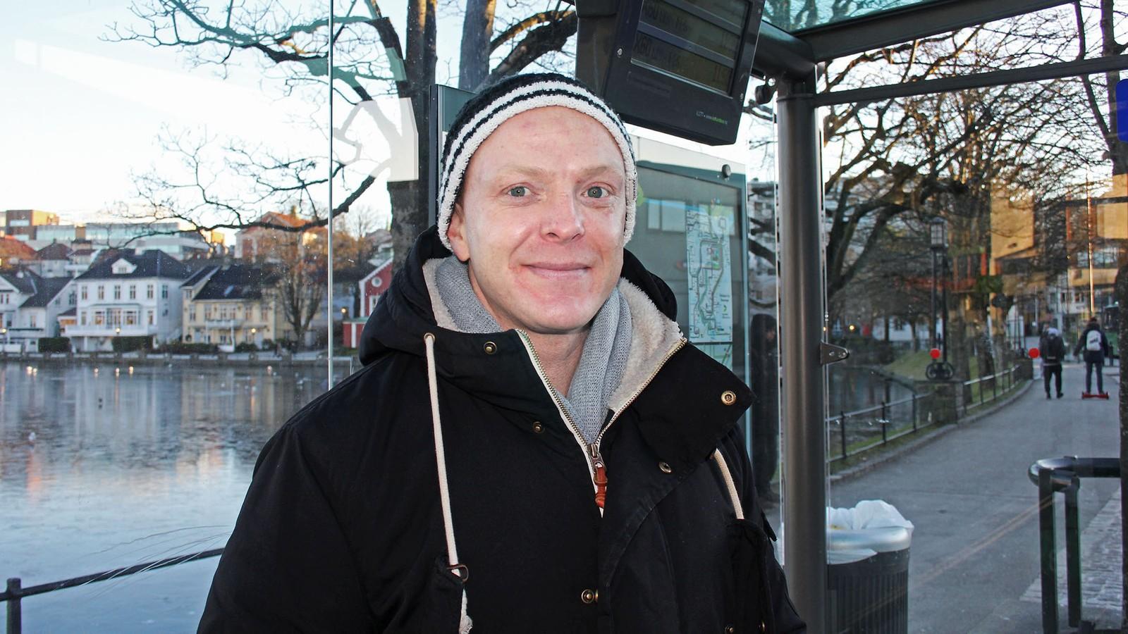 Kåre Hansen bruker Kolumbus' billettapp: – Jeg hadde litt problemer, men det var fordi jeg ikke hadde oppdatert appen. Da jeg oppdaterte, funka det, sier han.
