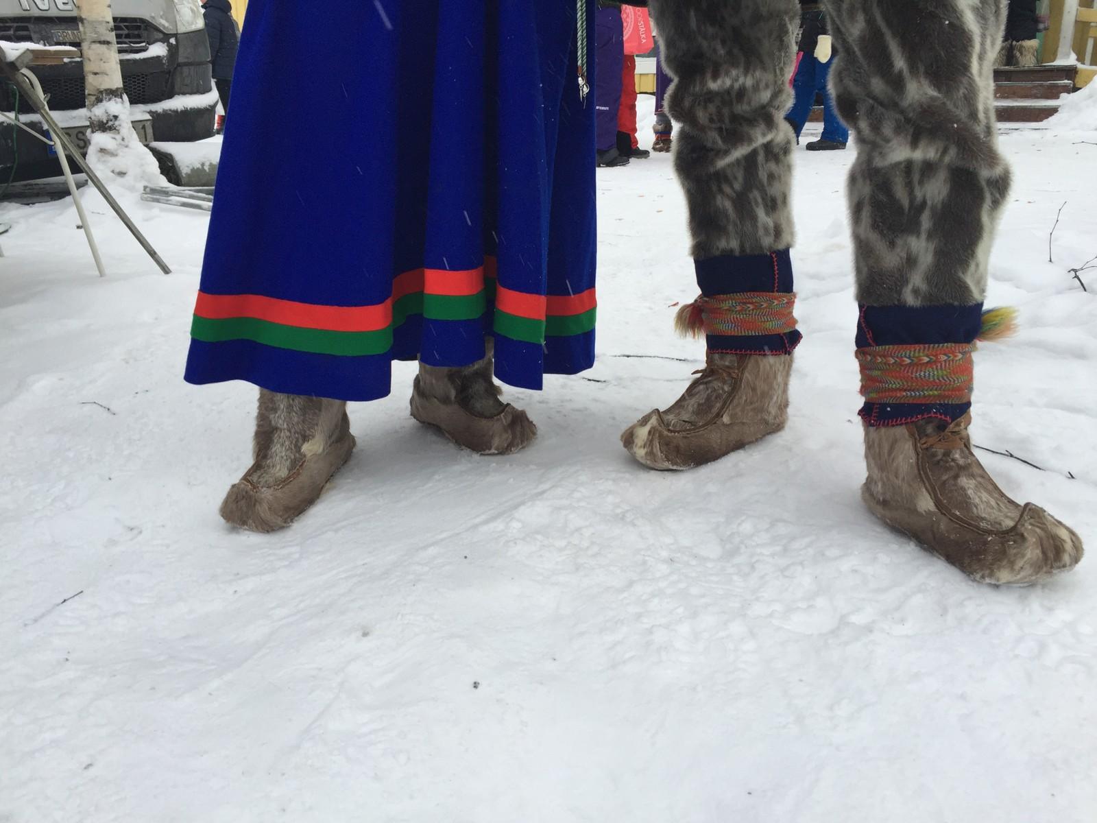 Janni Staffansson og Keira Pavval er godt kledd for dagen. Det var under 20 kuldegrader på morgenen, men temperaturen steg til rundt 10 i løpet av dagen.