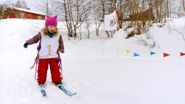 Tomine og storebror Ivar gleder seg til å prøve den nye skiløypa utenfor huset sitt. Norsk dramaserie.