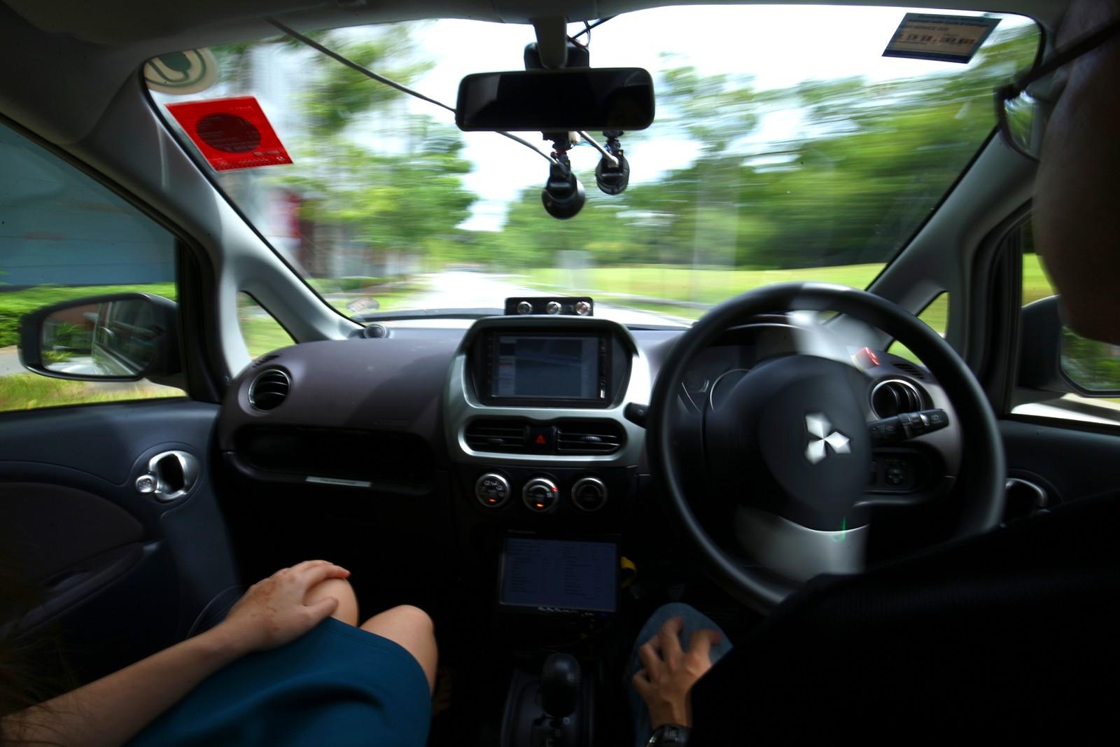 Se mamma, ingen hender!  Dette er fra en testtur i Singapore den 24. august. Den 25. august begynte verdens første selvkjørende drosjer å plukke opp passasjerer. Det er selskapet nuTonomy som står bak tjenesten. Foreløpig er det bare seks slike drosjer, men det kommer til å være dobbelt så mange på slutten av året.