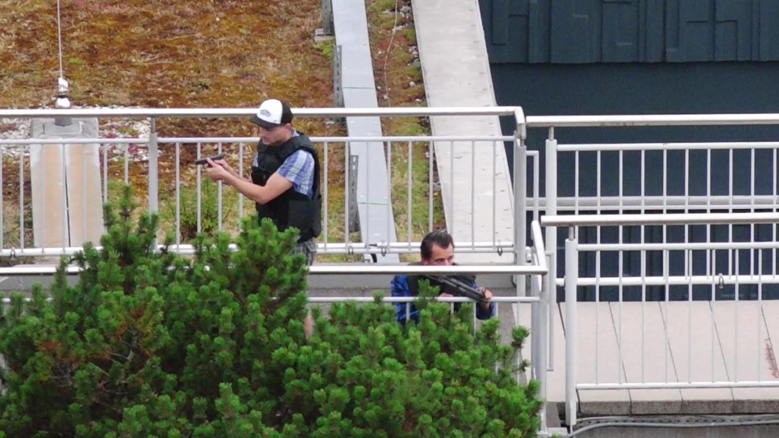 POLITI I SIVIL: Tysk politi i sivil gjennomsøker områdene rundt Olympia-kjøpesenteret i München.