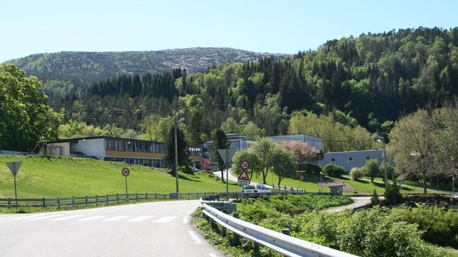 Hyllestad skule er frå 2002 den einaste skulen i kommunen. Foto: Ottar Starheim, NRK.