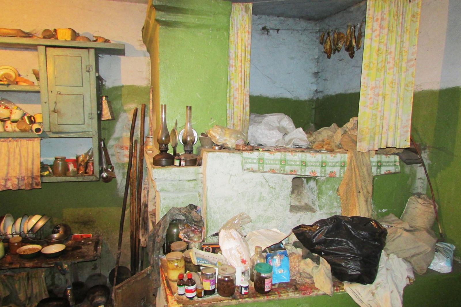 Når temperaturen utenfor kryper ned mot 30 minusgrader tilbringer Maria og Ivan natten oppe på ovnen som tar opp en stor del av den kombinerte stuen og soverommet.