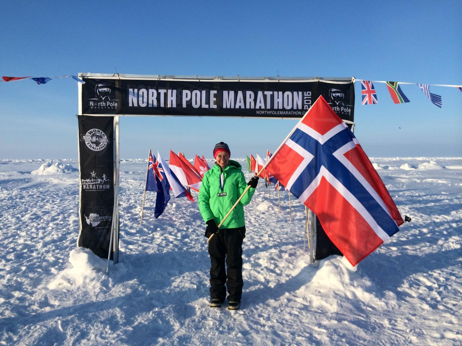 En fornøyd Lise Grønskar i mål etter å ha fullført maraton på Nordpolen.