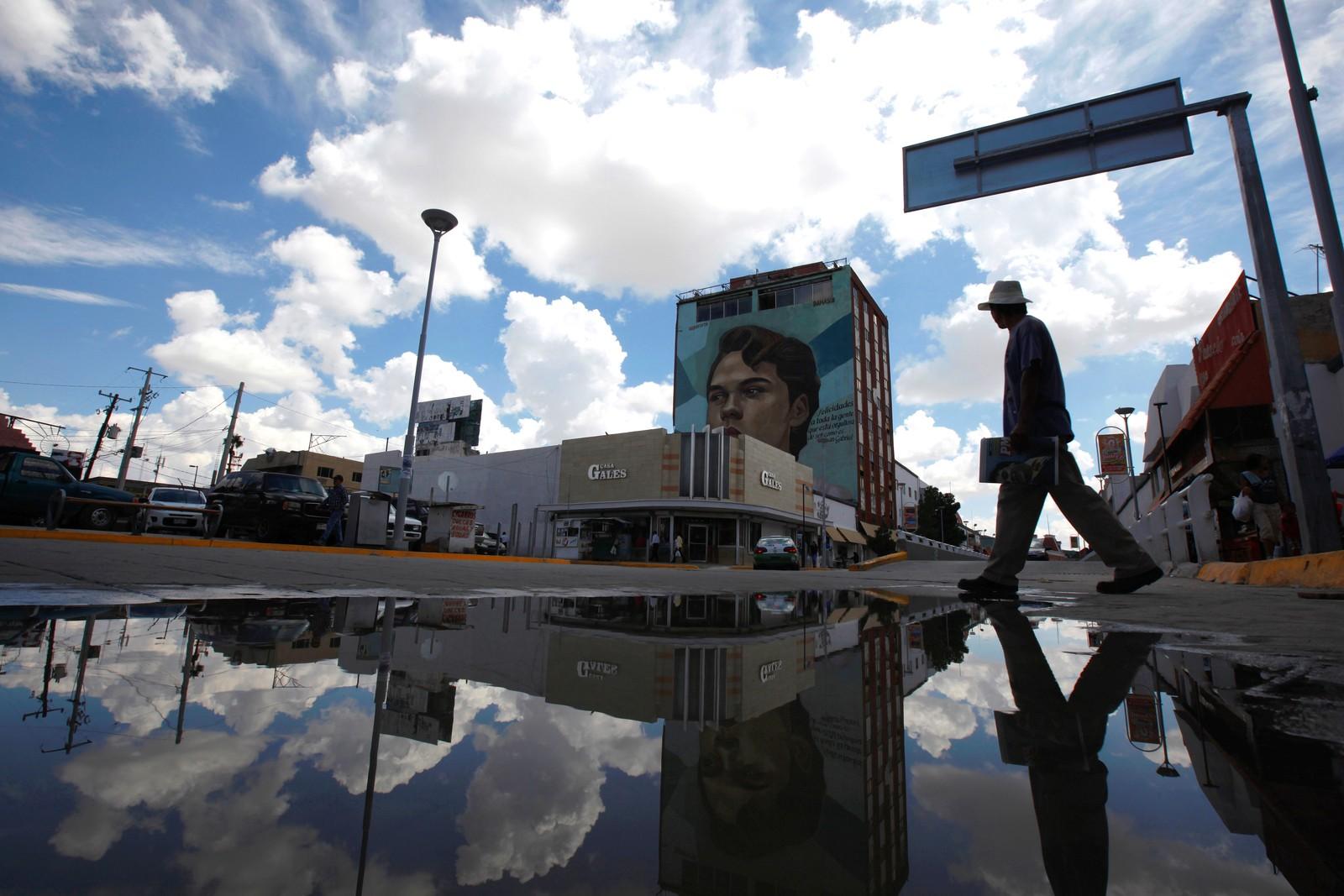 En mann går forbi et veggmaleri av den meksikanske sangeren Juan Gabriel i Ciudad Juarez i Mexico den 30. august. Gabriel døde den 28. august i Los Angeles etter å ha spilt to konserter der. Han solgte flere millioner plater og skrev over 1000 sanger mens han levde.