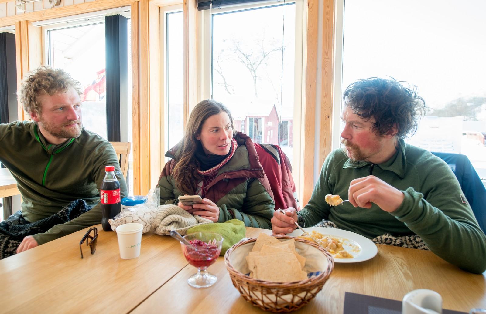 Tidligere vinner av Finnmarksløpet Sigrid Ekran må regnes for å være en «superhandler». Her har hun servert samboer Erlend et velfortjent måltid på fjellstua i Levajok. Til venstre teamets sjåfør Stein Harald Lerberg.