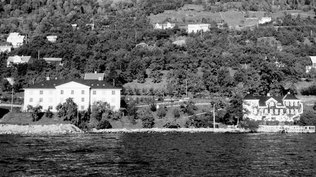 I 1939 flytta fylkesskattekontoret inn i Tinghus I til venstre på dette biletet. Til høgre fylkesmannsgarden Nybø. © Fylkesarkivet.