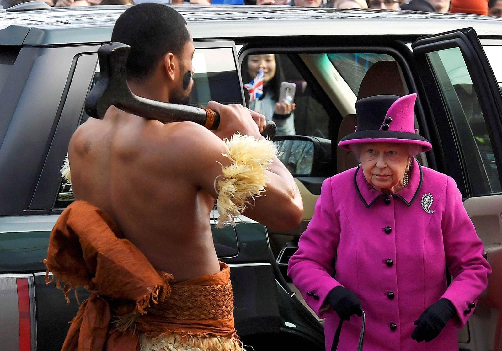 Heisann! Dronning Elisabeth blir møtt av en mann iført et tradisjonelt fijiansk kostyme i Norwich i England.