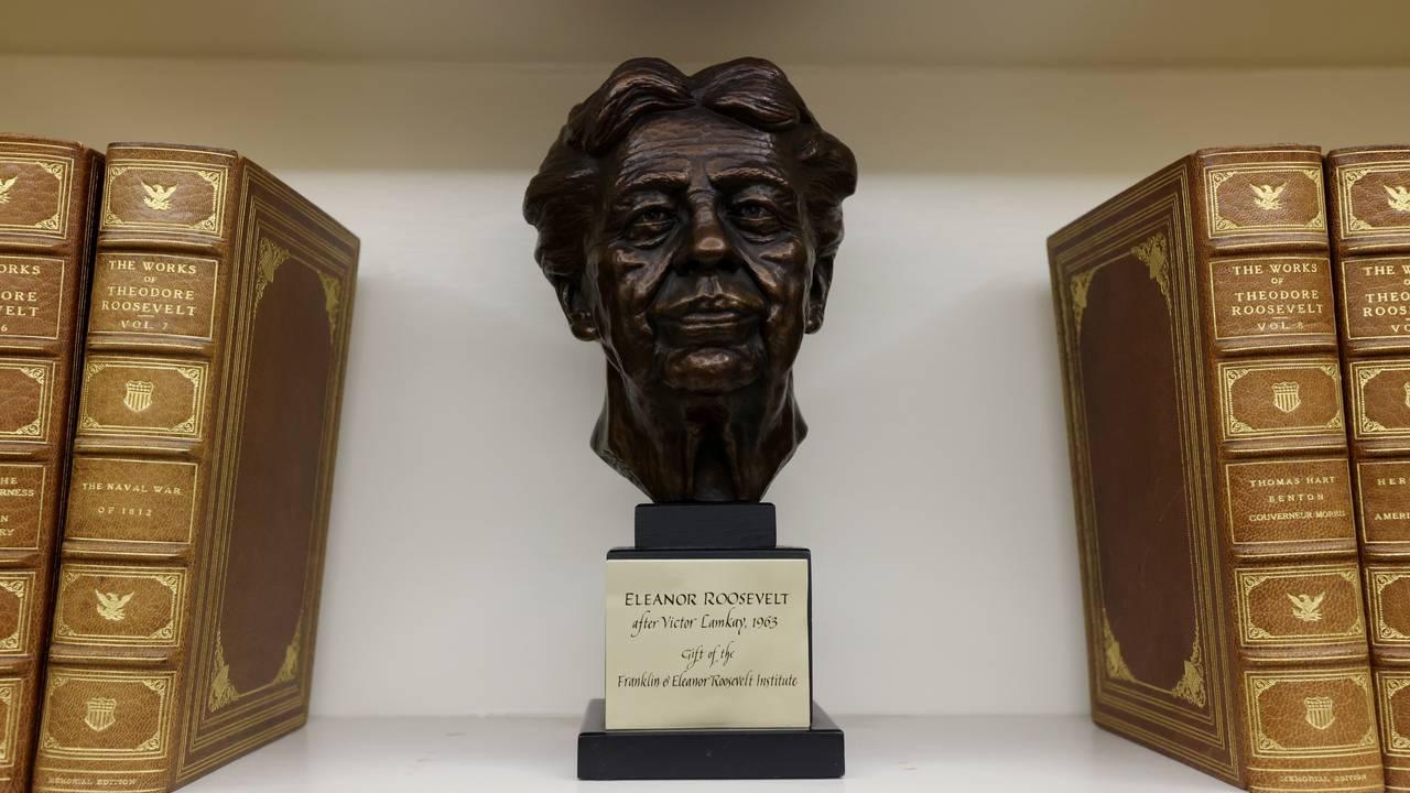 Eleanor Roosevelt-statue på Det ovale kontor i Det hvite hus. Statuen står ved siden av bøker av onkelen,  Theodore Roosevelt.