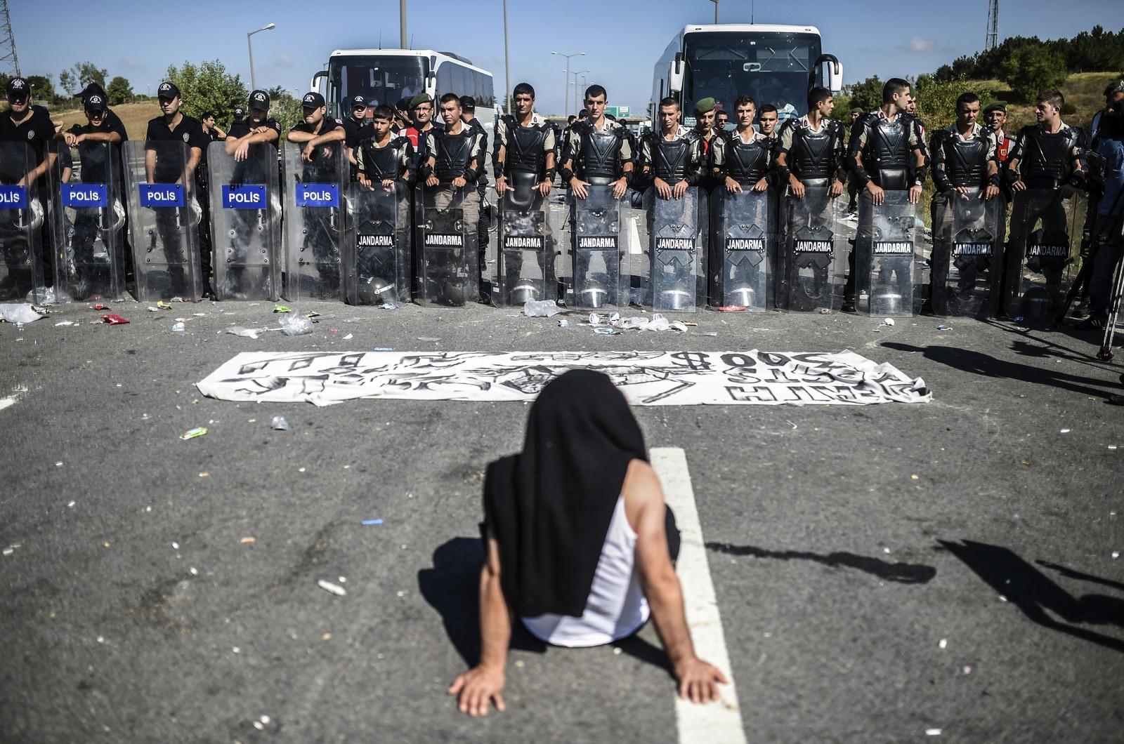 Tyrkisk politi stenger for flyktninger på en motorvei nær Edirn. Flere hundre ble hindra fra å krysse grensa til Hellas.