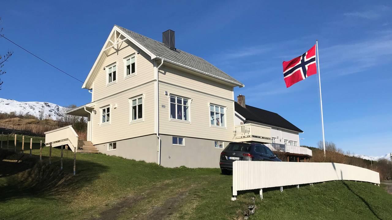 Helga Martinsen og mannen overtok 50-tallshuset etter at faren døde. Da var det boplikt i Gratangen.