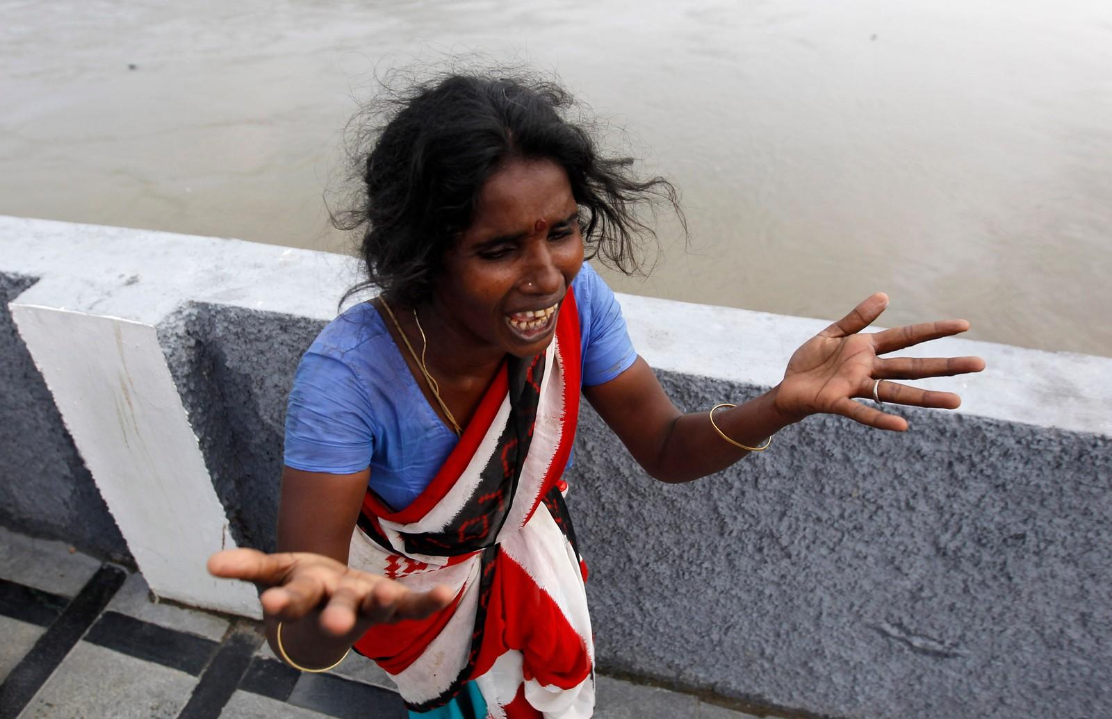 En kvinne gråter. Ifølge Ap skal hun akkurat ha sett liket til sønnen hennes flyte i Adyar elven etter han ble tatt av flommen. Dette er det kraftigste regnfallet på hundre år i delstaten Tamil Nadu i India.