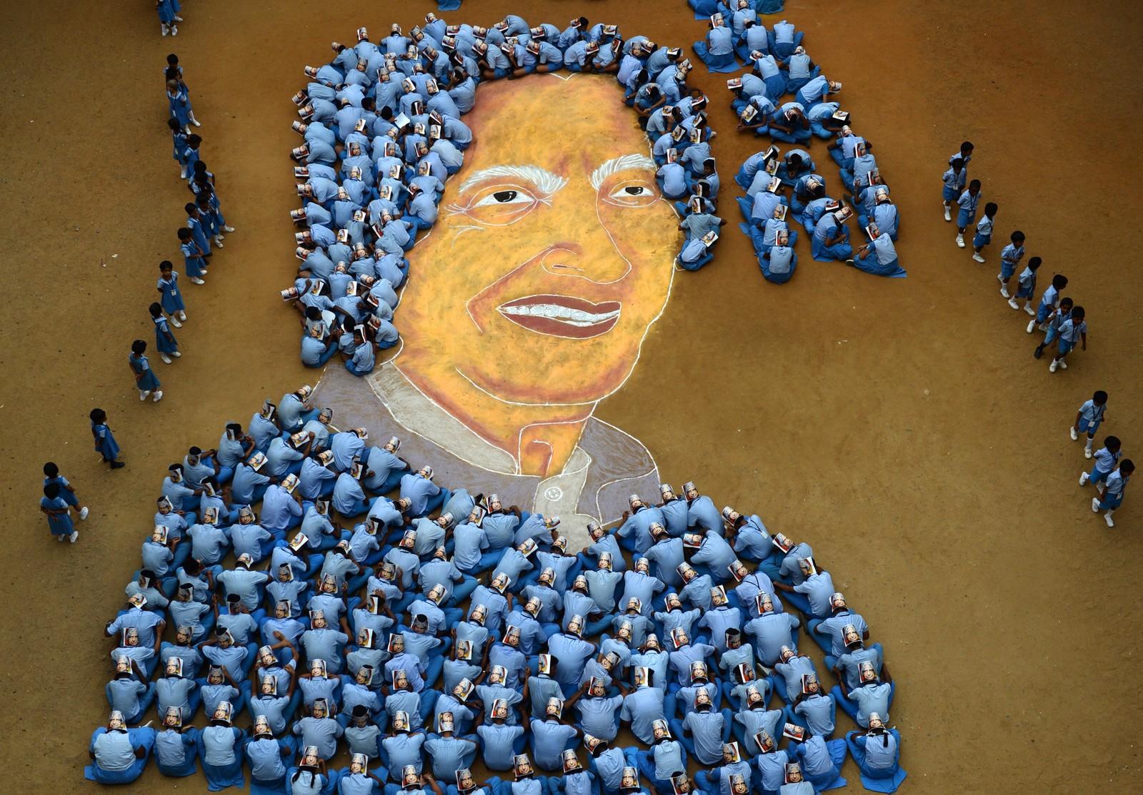 Indiske skolegutter er samlet for å lage et bilde av den avdøde presidenten Abdul Kalam i Chennai. Den 13. oktober var det 86 år siden han ble født.