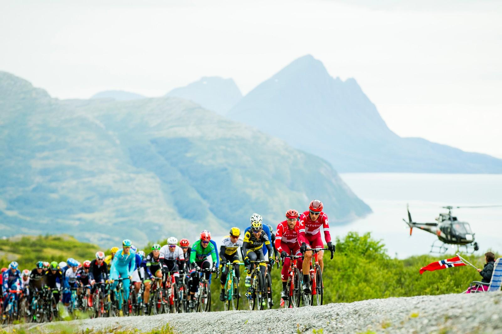 Jacopo Guarnieri fra Italia (Team Katjusja) leder an hovedfeltet under tredje etappe i sykkelrittet Arctic Race of Norway lørdag. Etappen gikk fra Nesna til Korgfjellet.