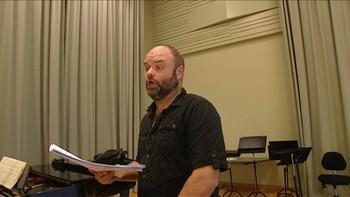 Atle Antonsen har rollen som Papageno når Den Norske Opera og Ballett i november har premiere på «Tryllefløyten». Se komikeren øve på barytonsang. Fra Lørdagsrevyen 28. februar 2015.