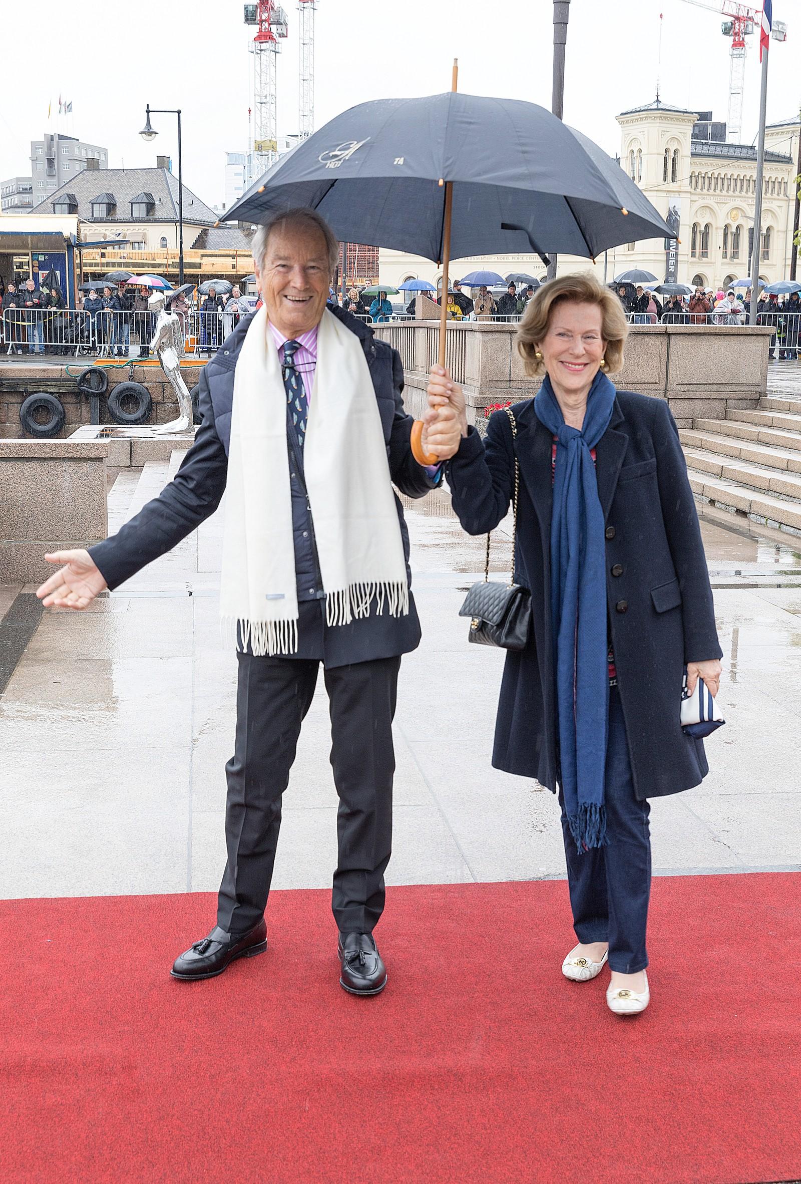 Bernhard Mach og Madeleiene Bernadotte Kogevinas, ved avreise fra honnørbrygga i Oslo på tur til lunsj på Kongeskipet Norge onsdag.