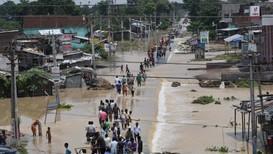 Utsatte beboere evakueres fra flommen i India. Rundt 200.000 personer er innlosjert i midlertidige leirer som myndighetene har etablert i delstaten Assam nordøst i India.