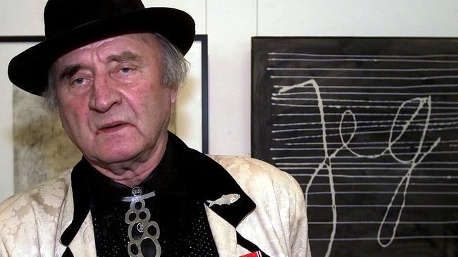 Ludvig Eikaas med eitt av dei mest omdiskuterte verka sine - Jeg. Foto: Knut Snare, Aftenposten/Scanpix